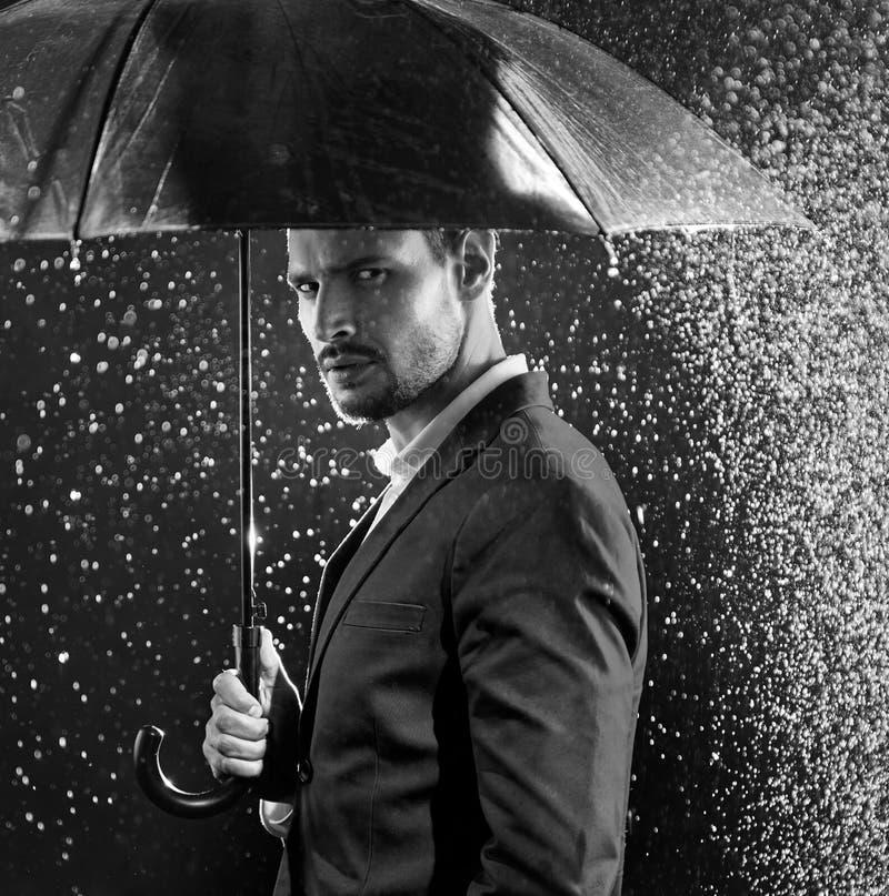 Black&white stående av en affärsman som poserar i mitt av th royaltyfri fotografi