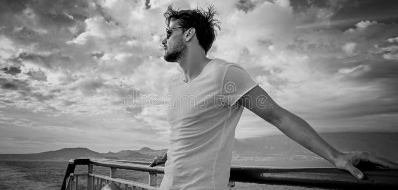 Black&white stående av en stilig ung man arkivfoton