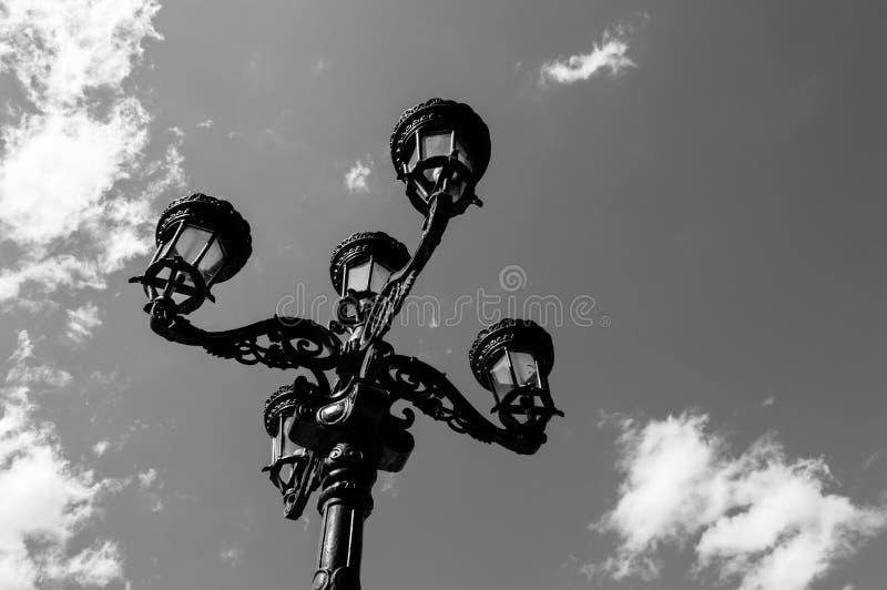 Black&white uitstekende straatlantaarn stock fotografie