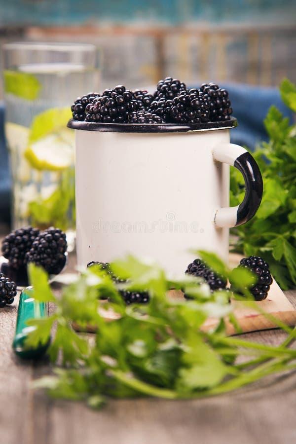 Blackberry στο παλαιό φλυτζάνι στοκ εικόνες