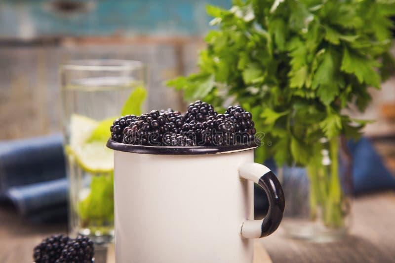 Blackberry στο παλαιό φλυτζάνι στοκ εικόνες με δικαίωμα ελεύθερης χρήσης