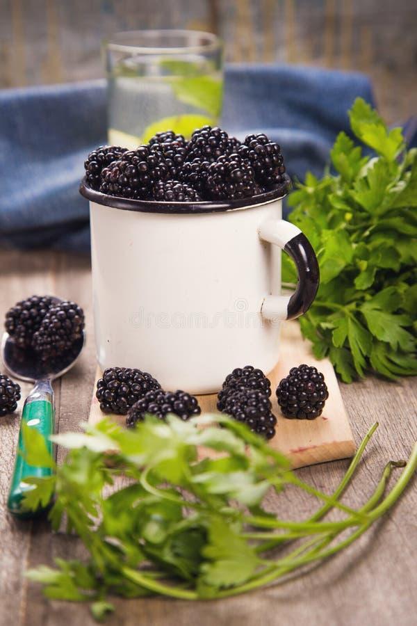 Blackberry στο παλαιό φλυτζάνι στοκ φωτογραφία με δικαίωμα ελεύθερης χρήσης