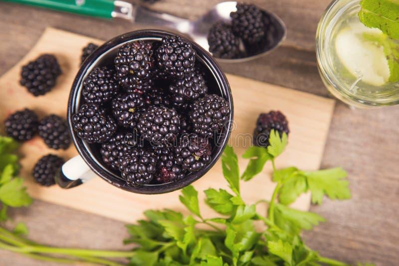 Blackberry στο παλαιό φλυτζάνι στοκ εικόνα με δικαίωμα ελεύθερης χρήσης