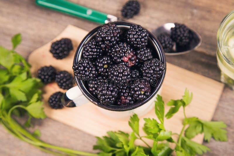 Blackberry στο παλαιό φλυτζάνι στοκ φωτογραφίες