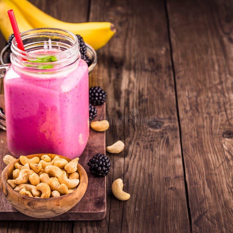 Blackberry-banaancachou smoothie met exemplaarruimte royalty-vrije stock afbeelding