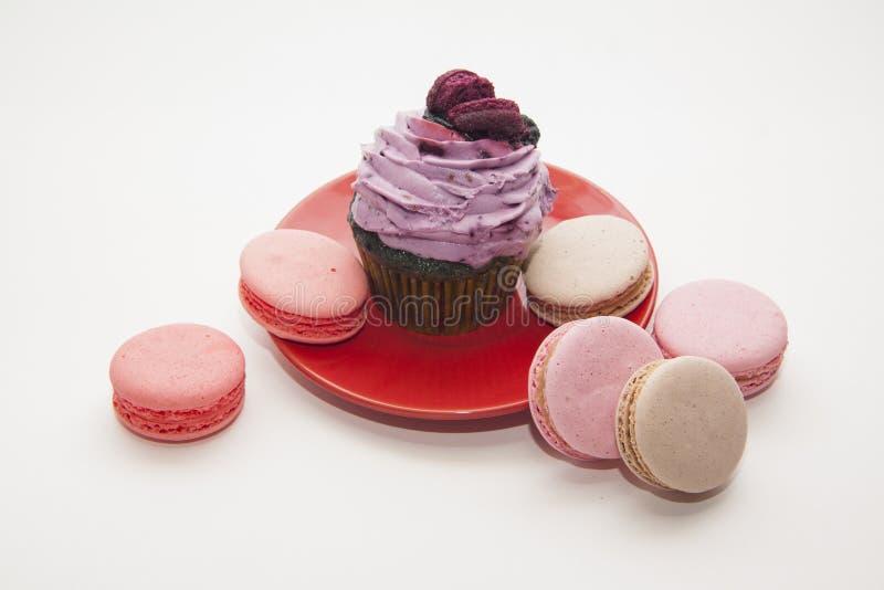 Blackberry cupcake met macarons stock afbeeldingen