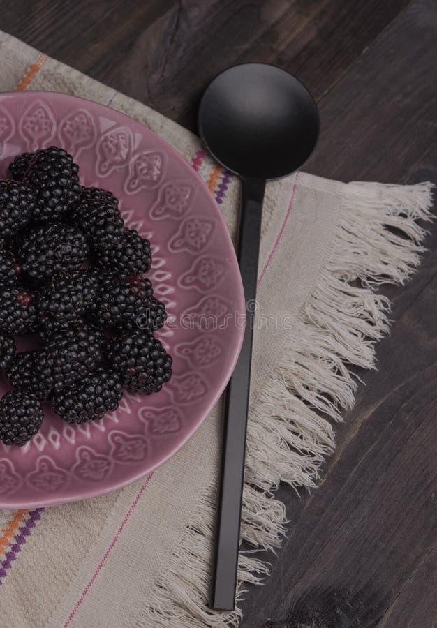 Blackberry em um fundo de madeira estação das vitaminas dia da baga fotos de stock