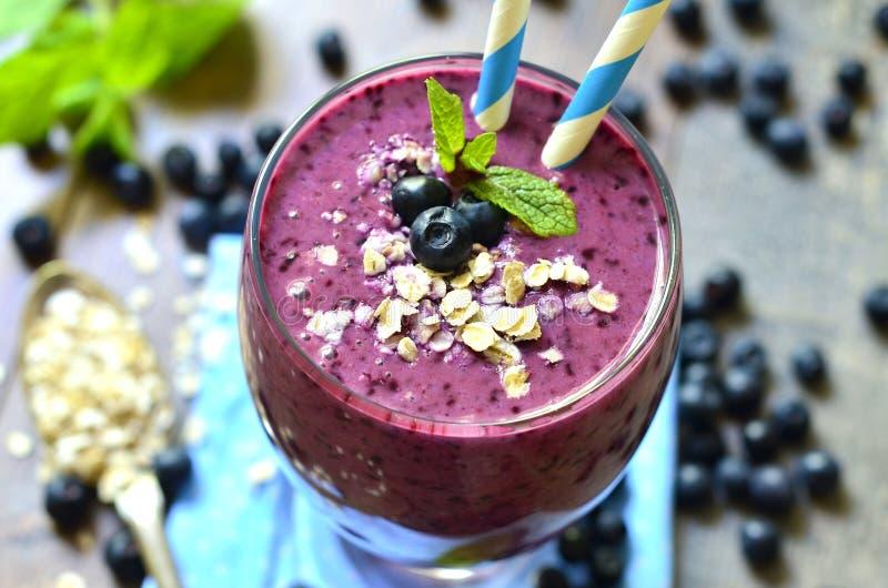Blackberry en banaan smoothie stock afbeeldingen