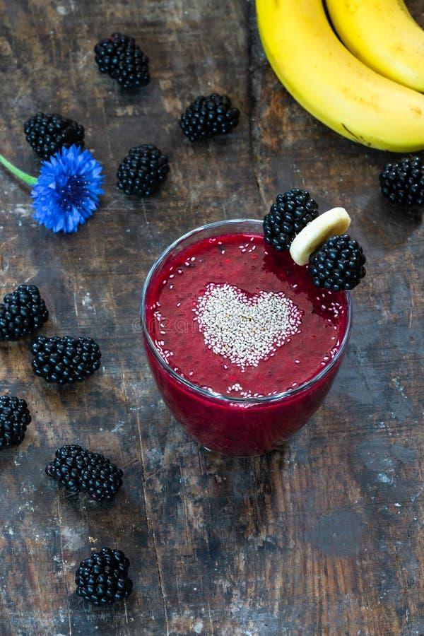 Blackberry en banaan smoothie met chiazaden dat wordt versierd stock foto