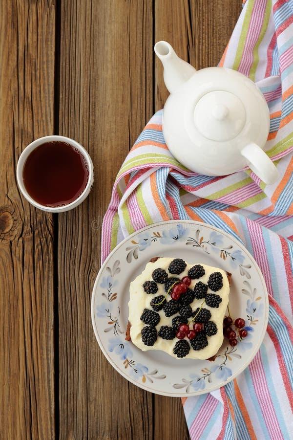 Blackberry en roompastei met zwarte thee stock foto