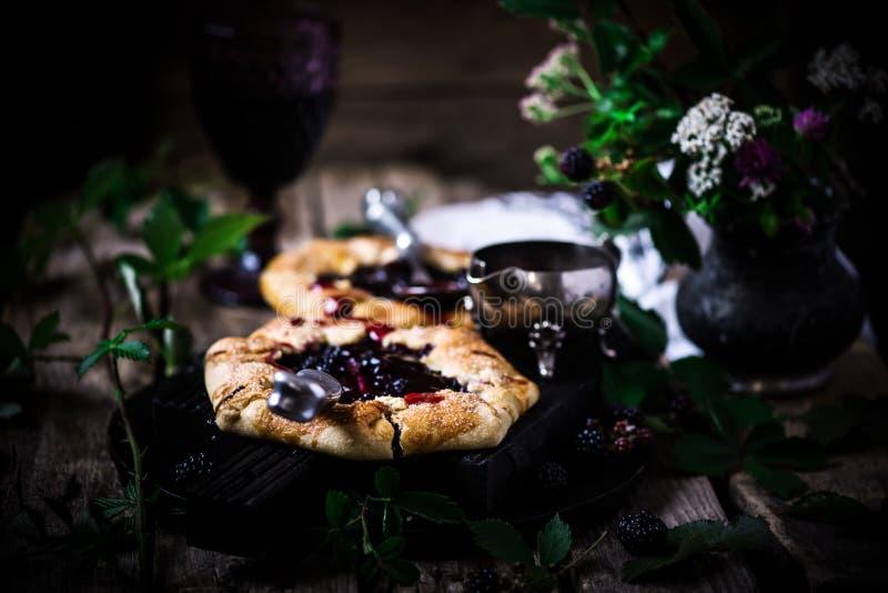 Blackberry Galette com molho de vinho tinto Estilo rústico fotografia de stock