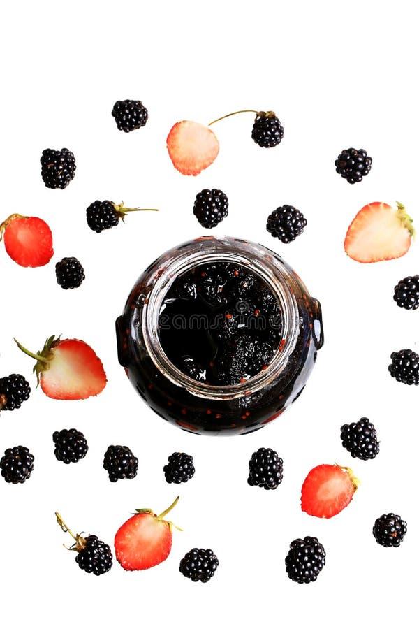 Blackberry y la mermelada de fresa en la baya blanca del fondo diseñan la vista superior plana del modelo fresco de las bayas del imagen de archivo libre de regalías