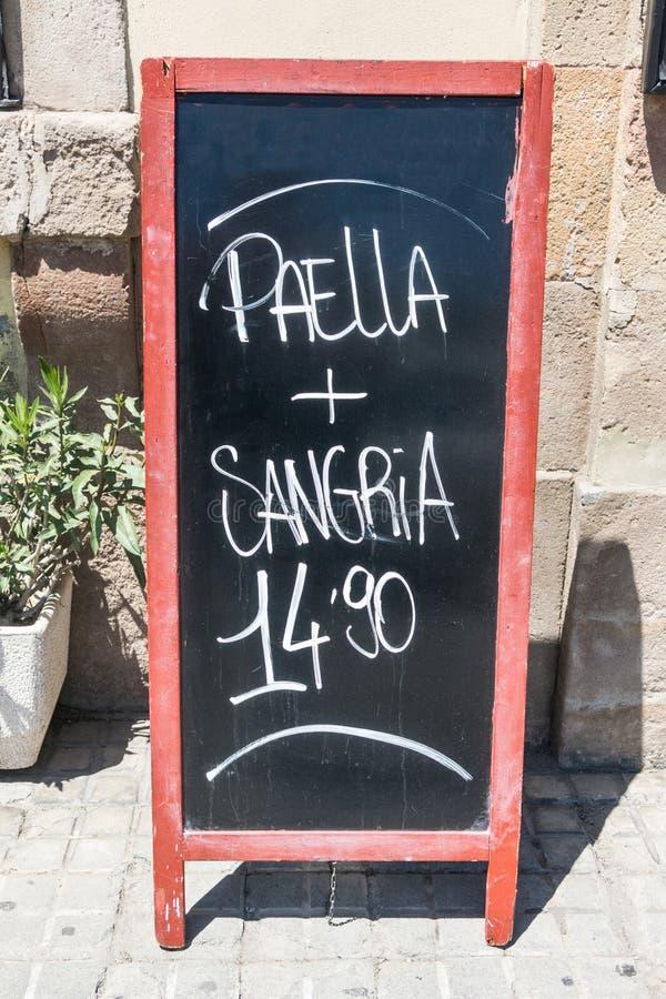 Blackboard d'un restaurant de Barcelone, en Espagne, proposant deux produits typiquement espagnols : paella et sangria photographie stock