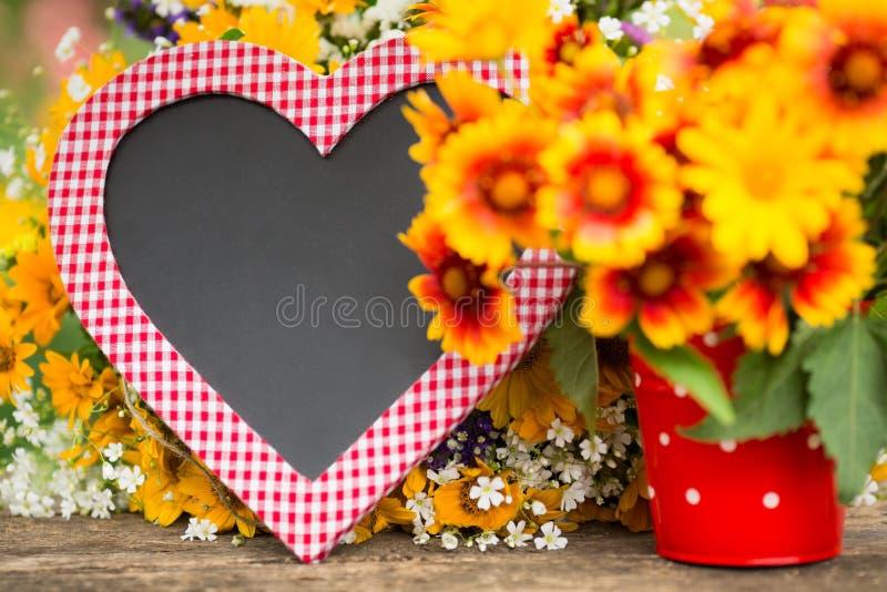 Blackboard i wiosny kwiaty zdjęcie stock