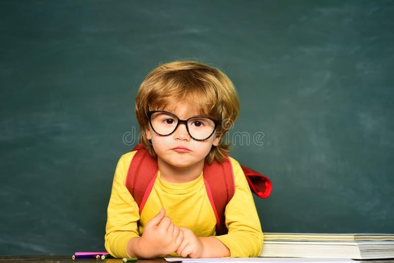 Blackboard kopii przestrze? Szkolne lekcje Chłopiec dostaje znęcać się w szkole Szkolny zn?ca? si? obrazy royalty free