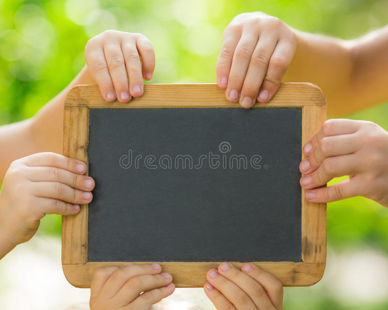 Blackboard puste miejsce w rękach obrazy stock