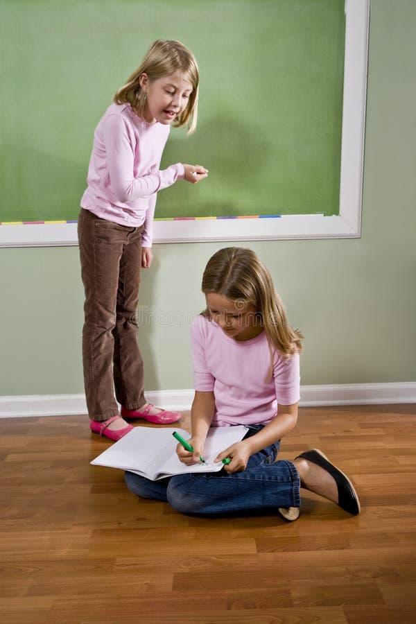 blackboard robi dziewczyn pracy domowej writing fotografia stock