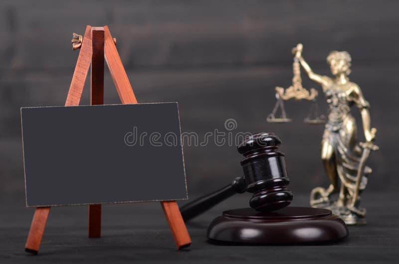 Blackboard, sędziego młoteczek, damy sprawiedliwość na drewnianym tle zdjęcia stock