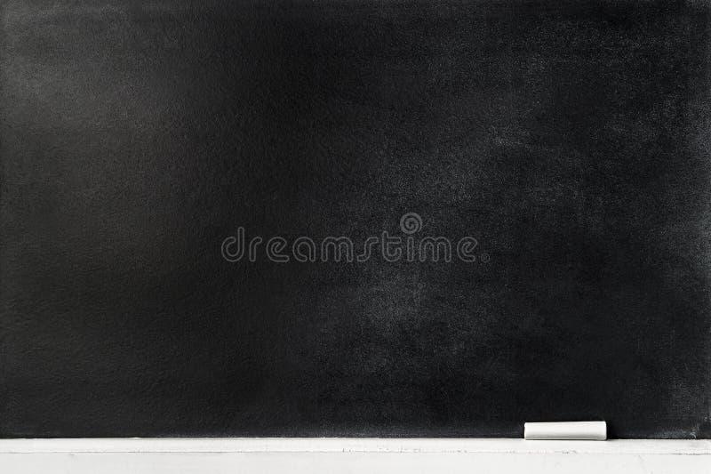 Blackboard tło z kredowym piórem na krawędzi zdjęcie royalty free