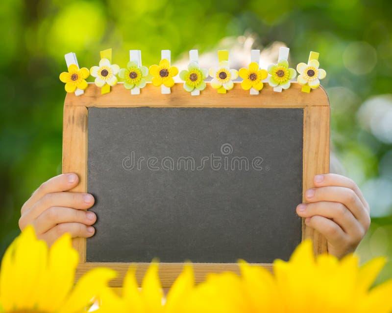 Blackboard w dziecko rękach zdjęcie royalty free