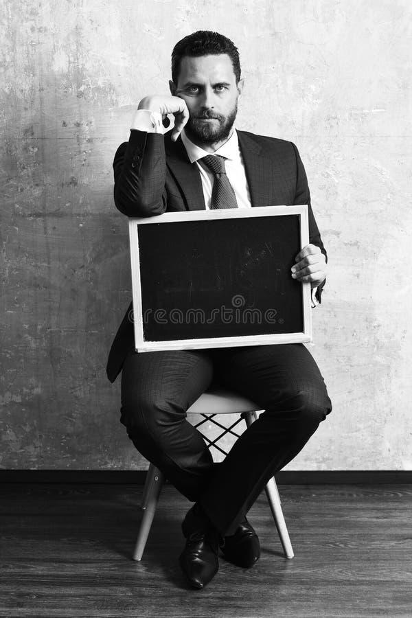 Blackboard w rękach nauczyciela mężczyzna lub biznesmen w kostiumu obraz stock