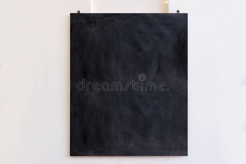 Blackboard wiszący na białym tle ściany Czarna, pusta tablica, szkolny znak edukacyjny, makijaż, kopia zdjęcie royalty free