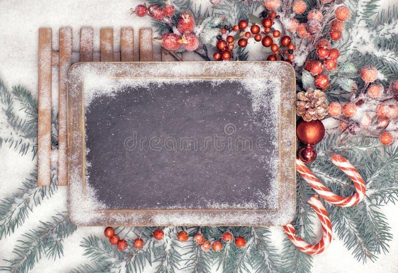 Blackboard z Bożenarodzeniowymi dekoracjami na śniegu, przestrzeń obraz royalty free