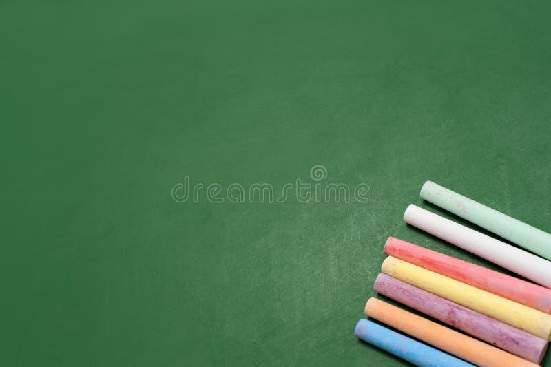 Blackboard z kredkami obrazy royalty free