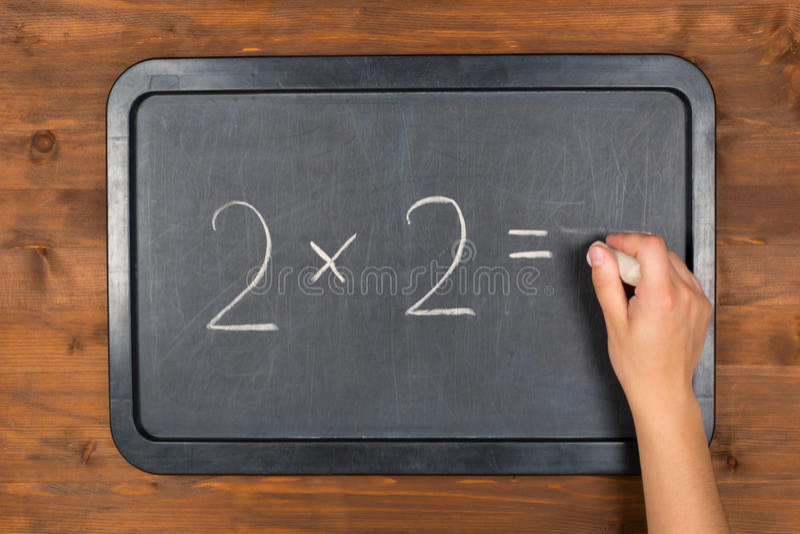 Blackboard z maths równanie i kreda w ręce obrazy royalty free