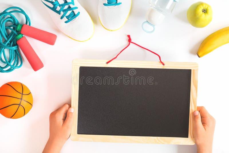 Blackboard z szkolnym sportem i owoc odizolowywać obraz royalty free