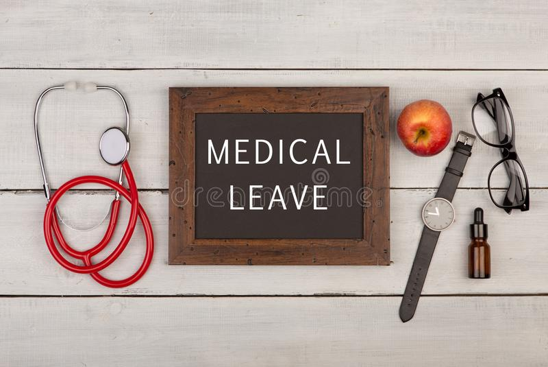 blackboard z tekstem & x22; Medyczny leave& x22; , eyeglasses, zegarek i stetoskop, fotografia royalty free