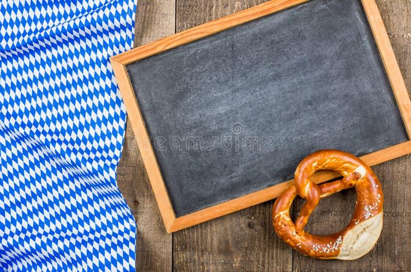Blackboardand与一个巴法力亚金刚石样式的一个椒盐脆饼 库存图片