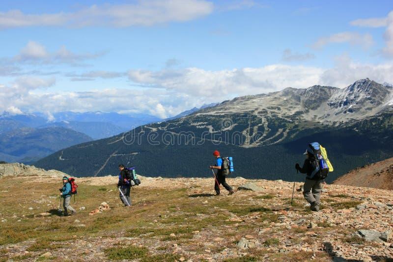blackcomb dei viaggiatori con zaino e sacco a pelo vicino a whistler immagine stock libera da diritti
