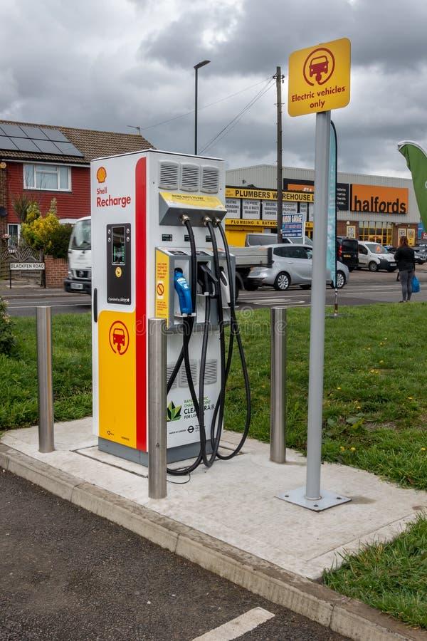 Blackfen, Kent/het Verenigd Koninkrijk - April vierde 2019: Elektrisch voertuig het laden post bij Shell-benzinestation royalty-vrije stock foto