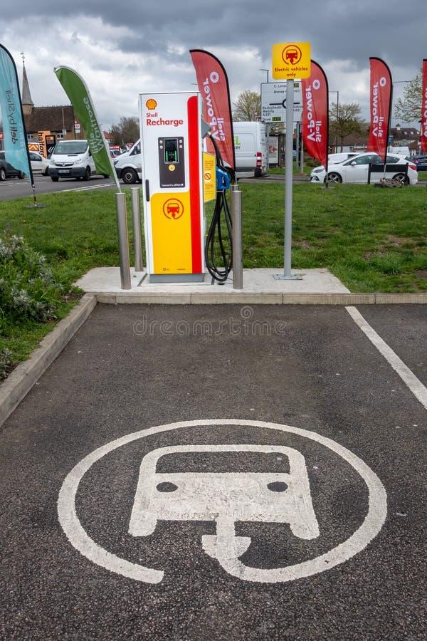 Blackfen, Kent/Reino Unido - 4 de abril de 2019: Estación de carga del vehículo eléctrico en la gasolinera de Shell fotos de archivo libres de regalías