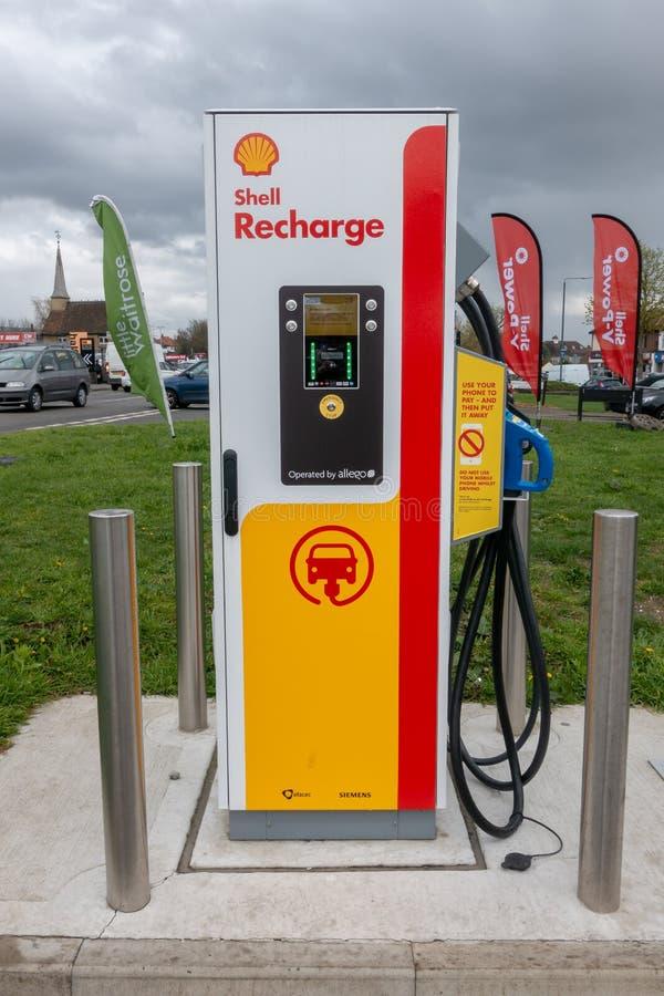Blackfen, Kent/Reino Unido - 4 de abril de 2019: Estación de carga del vehículo eléctrico en la gasolinera de Shell imágenes de archivo libres de regalías