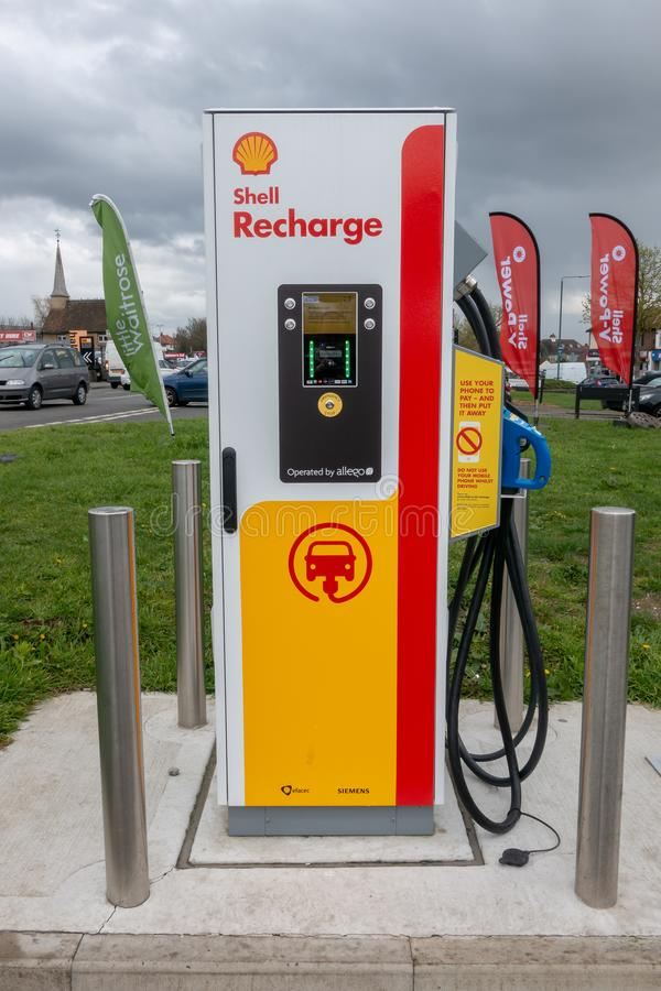 Blackfen, Risonanza/Regno Unito - 4 aprile 2019: Stazione di carico del veicolo elettrico al distributore di benzina di Shell immagini stock libere da diritti