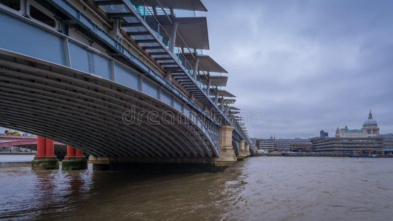 Blackfriars bridżowy patrzeć w kierunku St Paul ` s katedry, Londyn obrazy stock