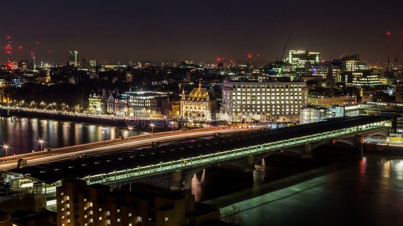 Blackfriars bro över Themsen på natten royaltyfri foto