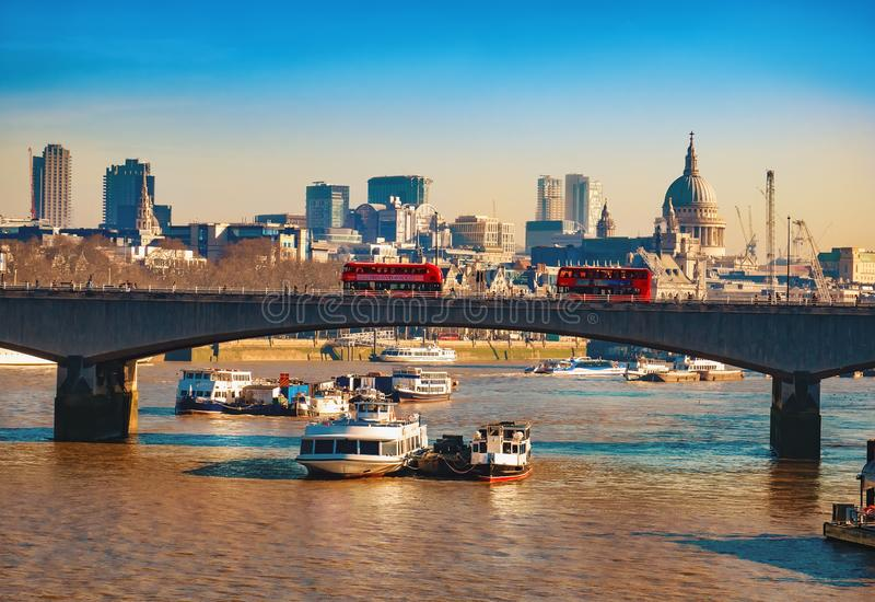 Blackfriars bro och berömda Thames River i London arkivfoto