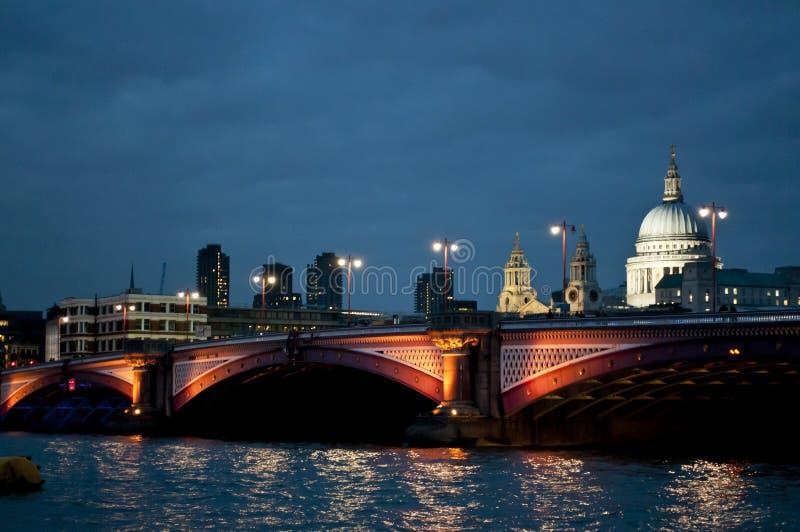 Blackfriars bro och Sts Paul domkyrka, London, UK arkivbilder