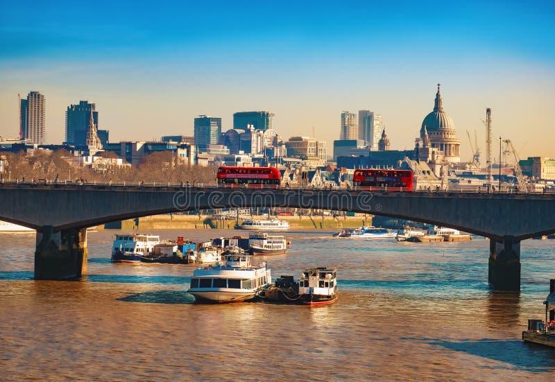 Blackfriarsbrug en de beroemde rivier van Theems in Londen stock foto