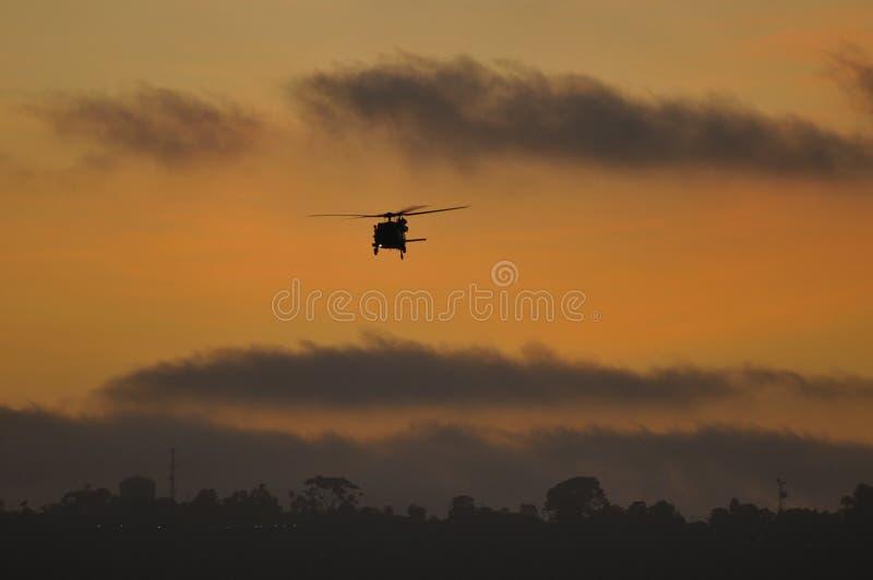 blackhawkhelikoptersolnedgång USA royaltyfri fotografi