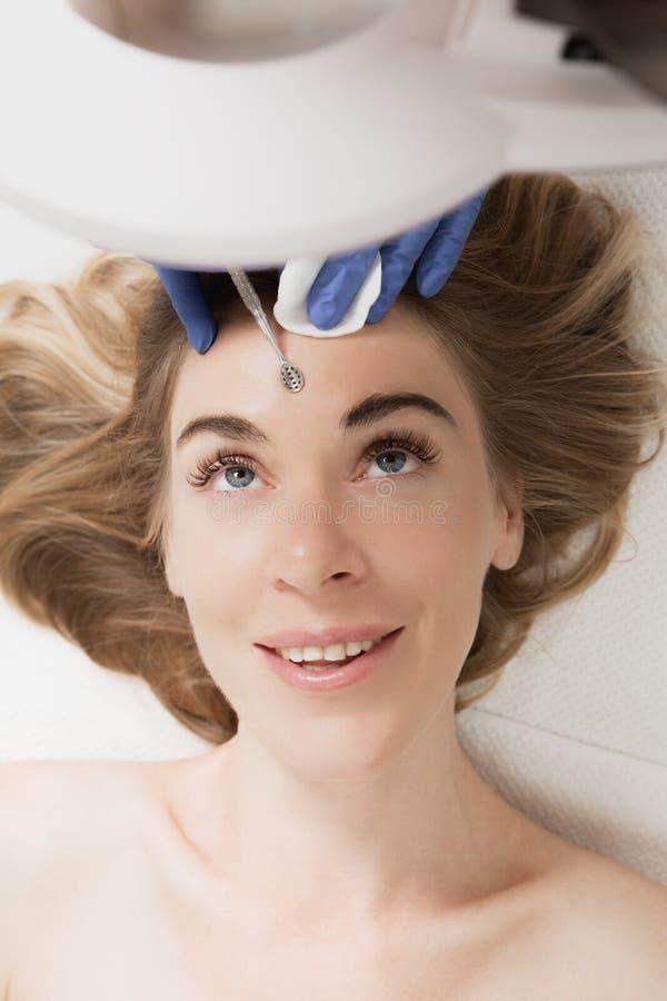 Blackhead que limpa na face fêmea imagens de stock royalty free
