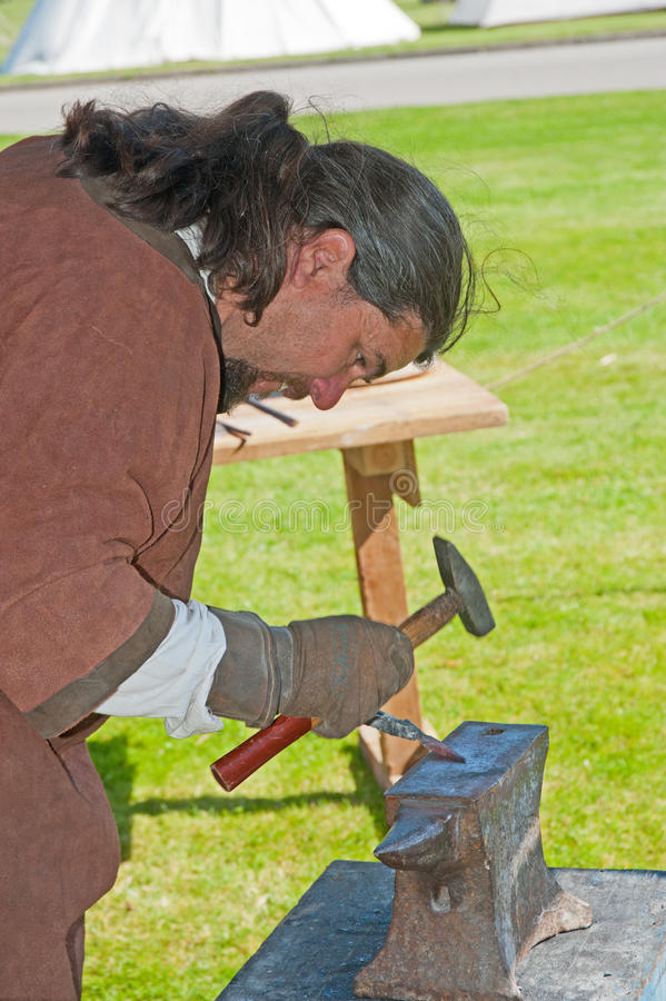 Blacksmith делая наконечник стрелы стоковое фото