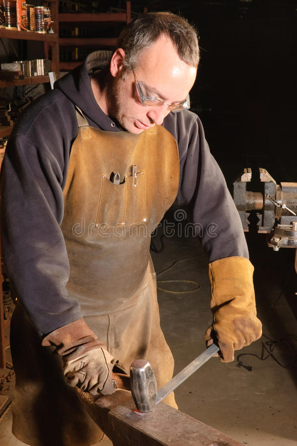 Blacksmith на работе стоковые изображения