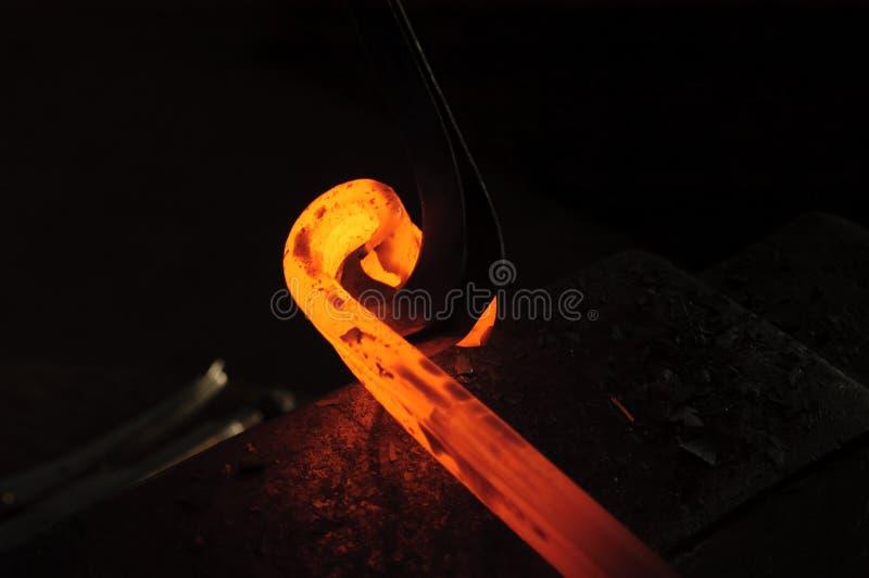 Blacksmith работая на декоративном поручне стоковые фотографии rf