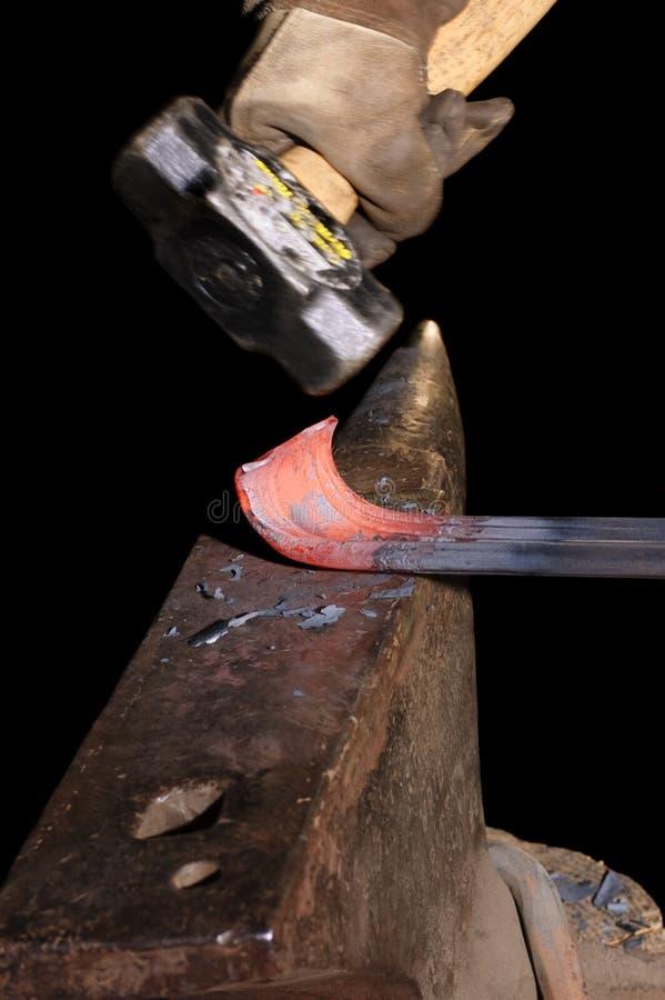 Blacksmith работая на формировать рельс стоковые фотографии rf