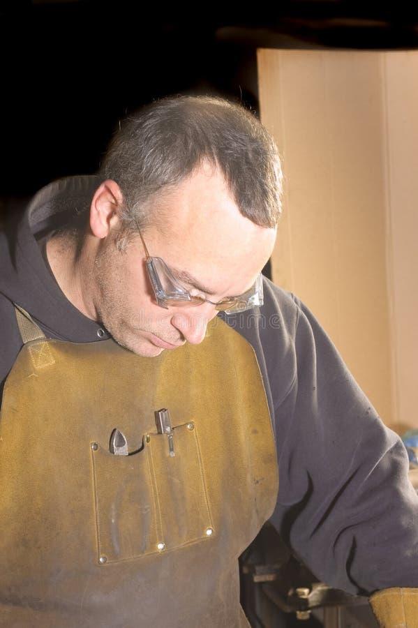 Blacksmith работая на формировать рельс стоковое фото rf