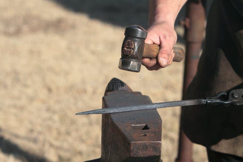 blacksmith утюг молотком стоковое фото